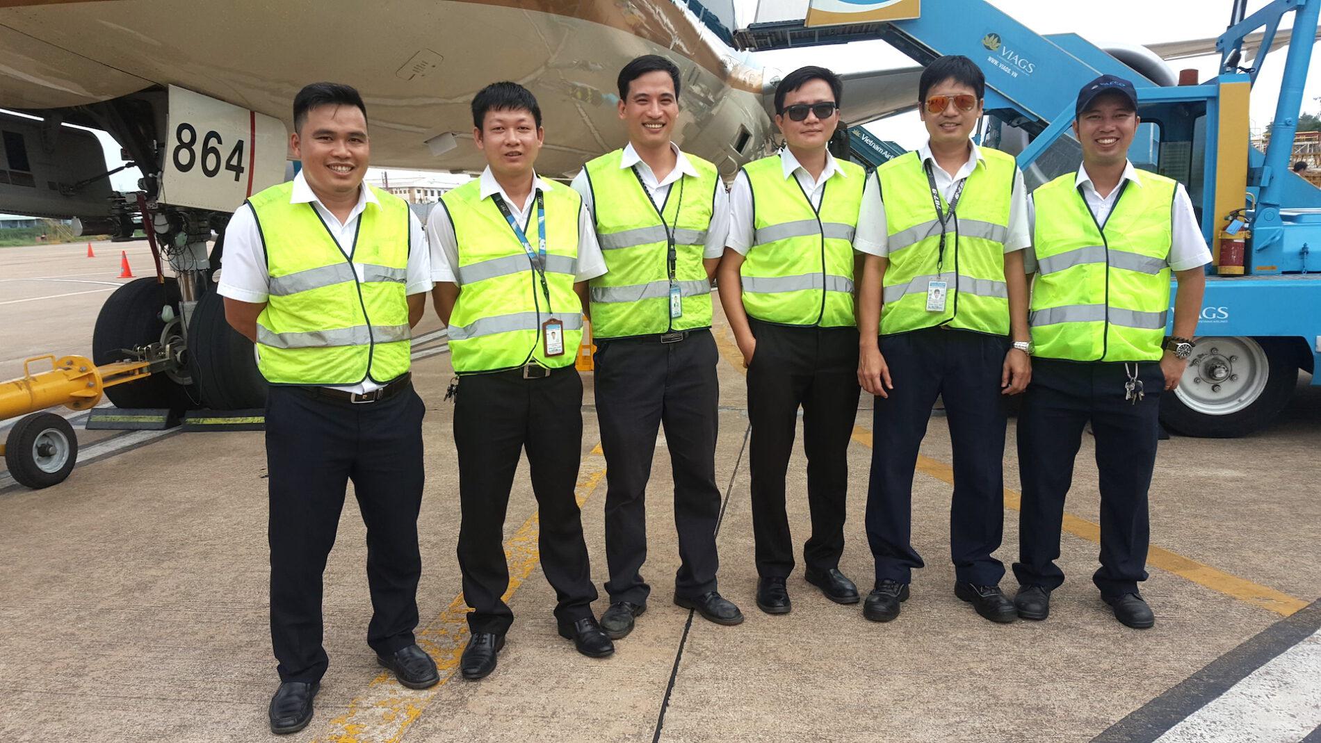 Anh Phạm Trung Toàn (thứ hai từ phải sang)bắt đầu công việc giáo viên kiêm nhiệm từ năm 2004 đến nay.(Ảnh: NVCC).