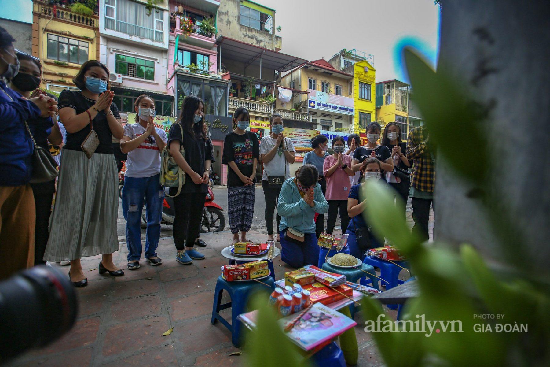 Sĩ tử Hà Nội mang bóng đèn tới Văn Miếu cầu may trước kỳ thi quan trọng nhất đời